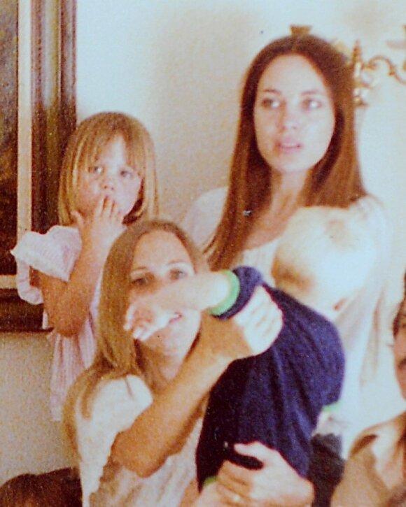 1977 metai. A. Joali su mama