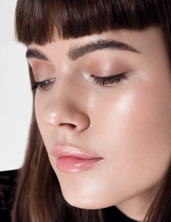 Natūraliai blizgantis veidas ir nubučiuotų lūpų efektas