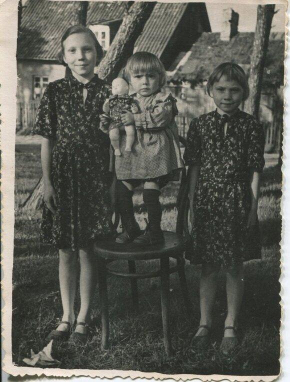 Sesės iš kairės: Afanasija, Nadežda ir Lilija Isajevos Melnragėje netoli savo namų Molo g. 1955 (1956) m.