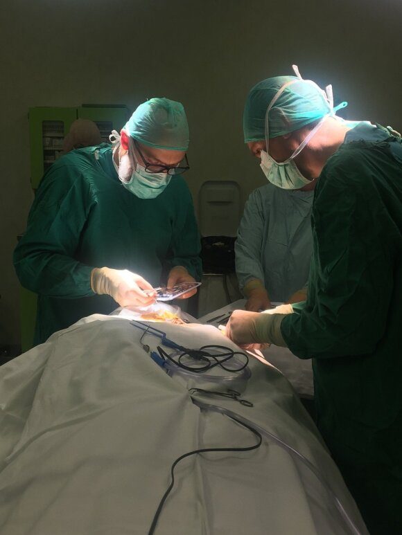 Neurochirurgų atliekama procedūra