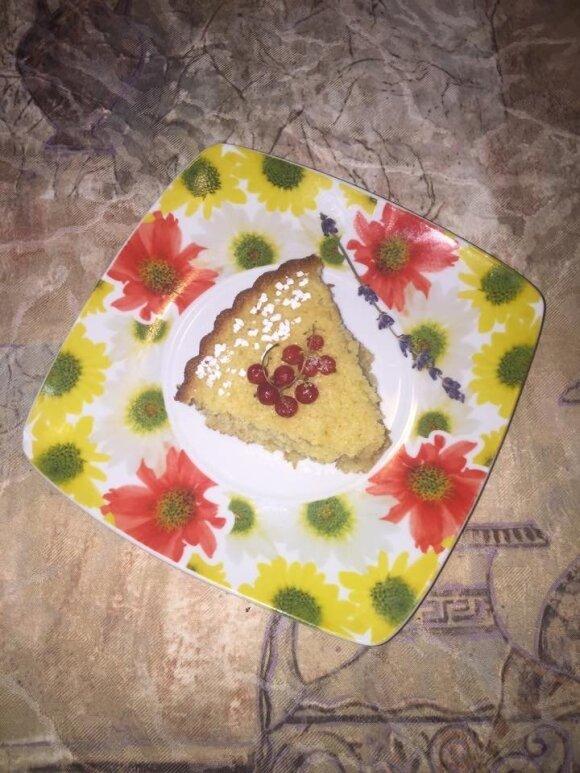 Manų pyragas su tarkuotomis morkomis ir raudonaisiais serbentais