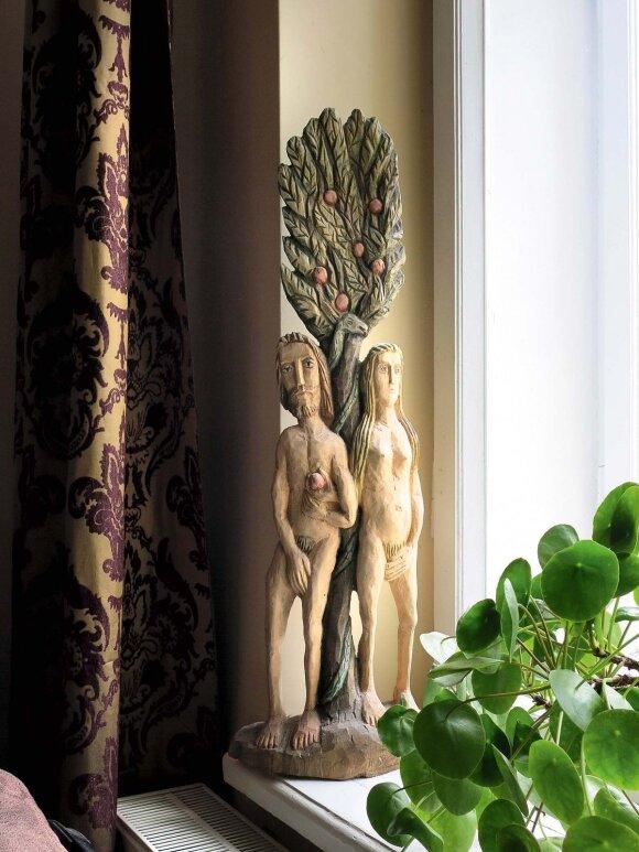 Ąžuolinę Adomo ir Ievos skulptūrą, taip pat drožtą medinį angelą  menininkė pirko Kaziuko turguje