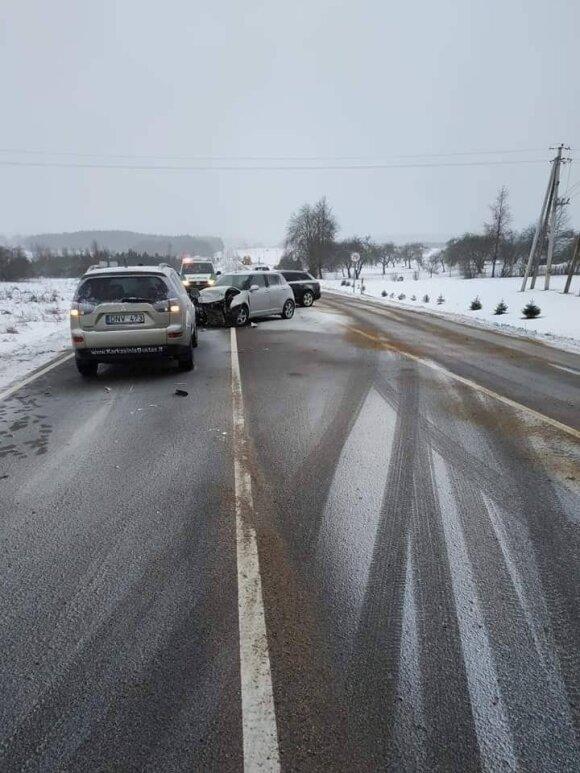 Vilniaus rajone susidūrus trims automobiliams nukentėjo keleivė