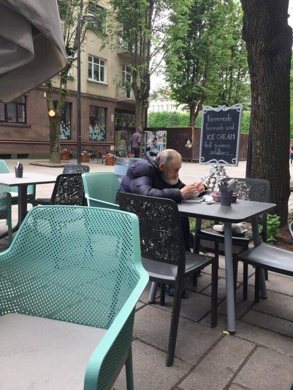Į kavinę užsukęs senolis