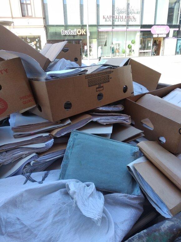 Duomenų apsauga pagal probacijos tarnybą: dvi tonas dokumentų krovė į konteinerį ant šaligatvio