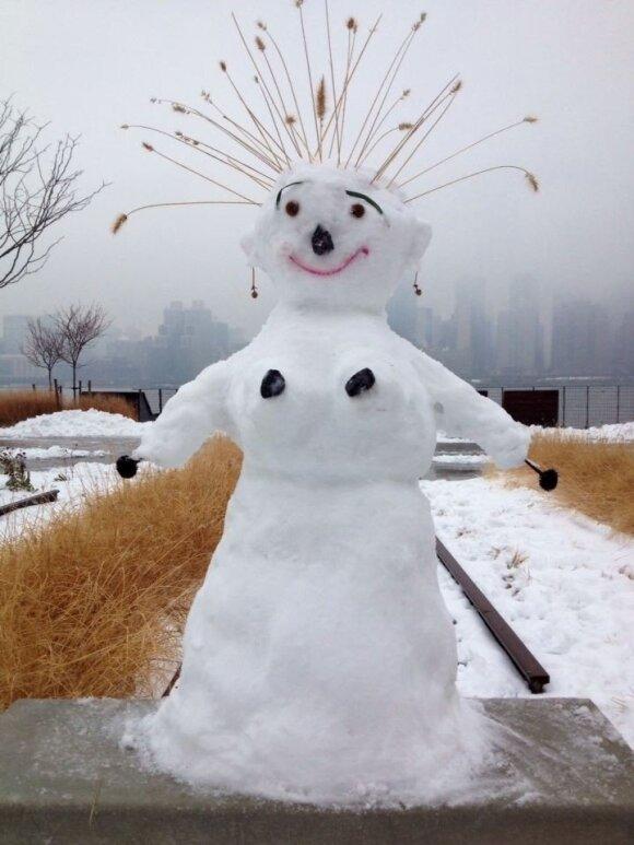 R. Karaliūtės su vaikais nulipdytas sniego senis