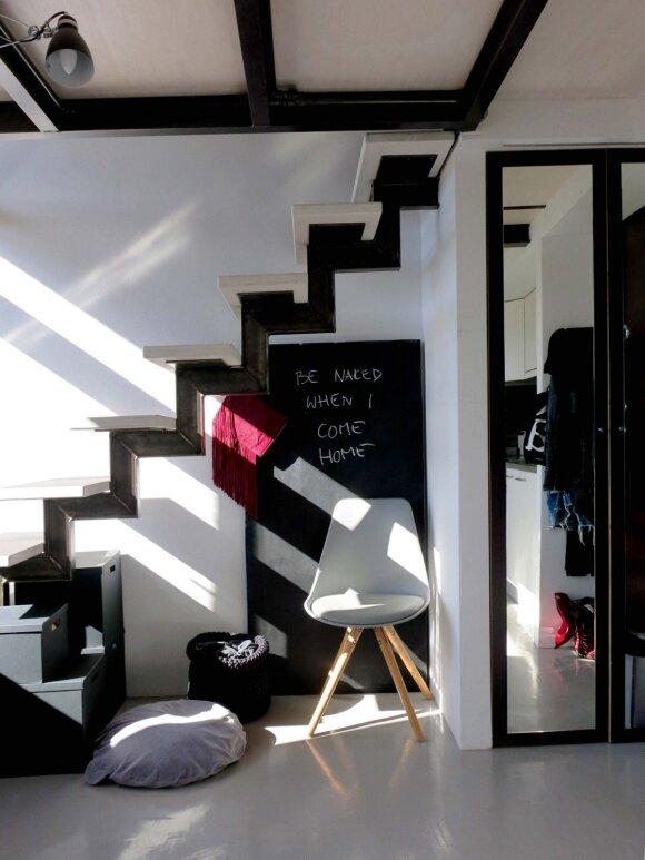 Juoda lenta po laiptais skirta šmaikštiems užrašams