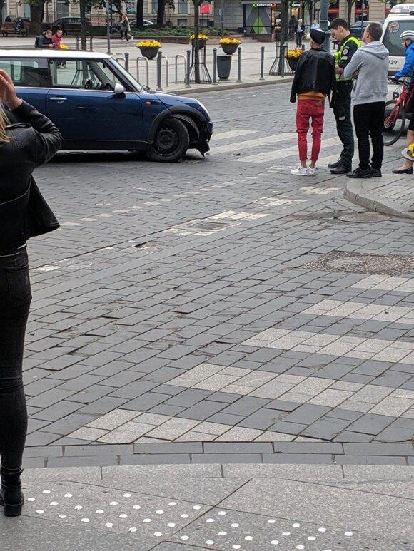 """Gedimino prospekte ant stulpelių pakibęs automobilis / """"Facebook"""" grupės """"Reidas Vilniuje"""" / LKN.lt nuotr."""