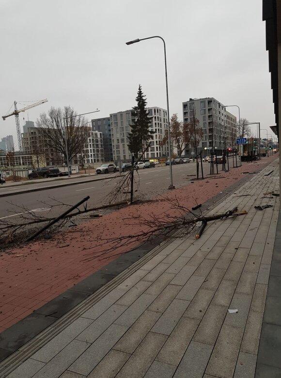 """Vilniuje siautėjo girtas """"Mercedes"""" vairuotojas, pametė ratą, bet vis tiek pabėgo"""