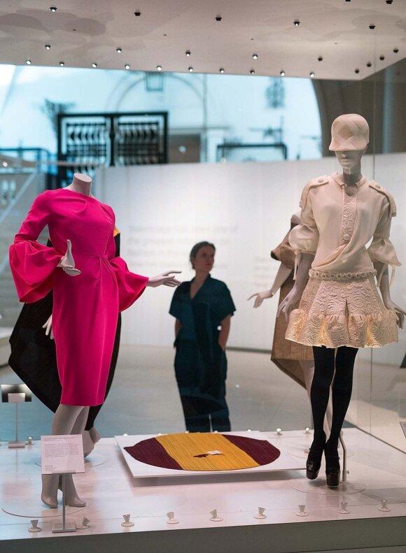 """Paroda """"Balenciaga: įtaka madai"""" Londone Viktorijos ir Alberto muziejuje veiks iki 2018 m. vasario vidurio."""