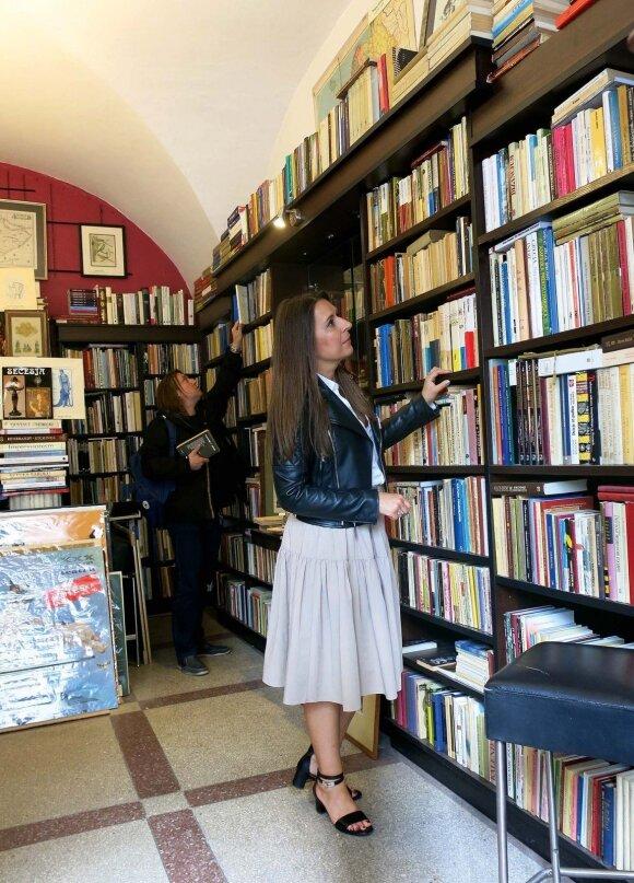 """Kaskart apsilankiusi knygų antikvariate """"Atticus"""" Kristina Sabaliauskaitė randa kokią nors išskirtinę knygą."""