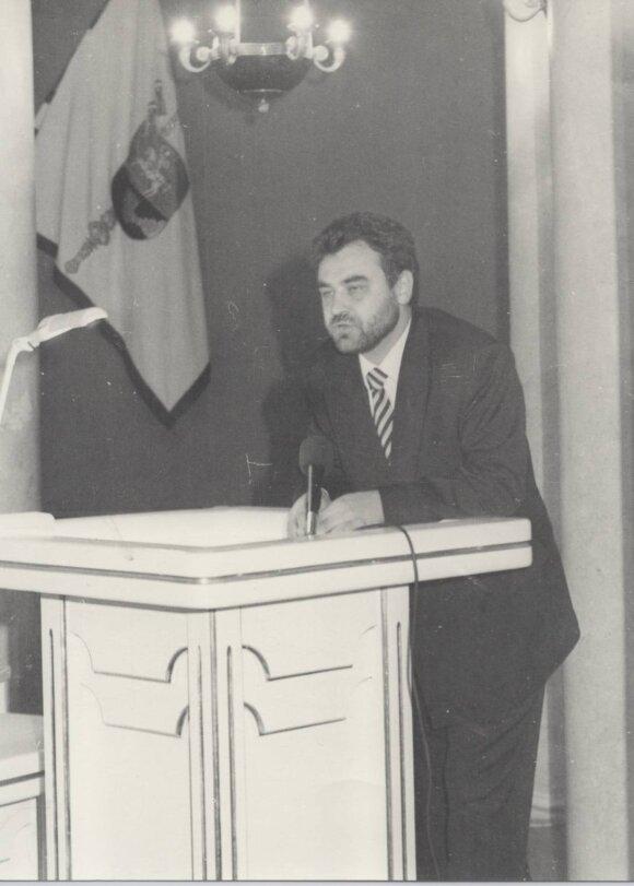 1997 prof. E.Kūrio kalba pirmosios bakalaurų laidos absolventam