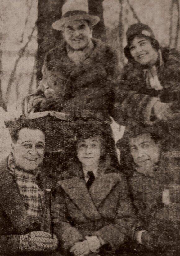 Фото из газеты «Эхо». Стоят: Ганс Адальберт фон Шлеттов и Ольга Чехова. Сидят: Анжело Феррари, его сестра, Владимир Стрижевский.