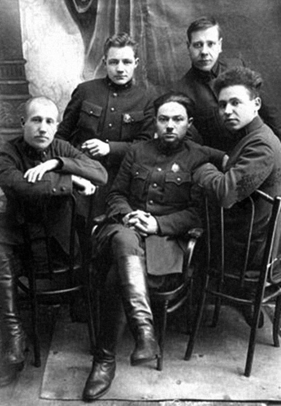"""Smolensko srities NKVD darbuotojai - 1940 m. Katynės žudynių liudininkai arba dalyviai. Kai kurie jų apdovanoti ženklu """"VČK-OGPU X metų"""" (1927 m.). Kairėje sėdi M. Kazakovas - sovietų kontržvalgybos darbuotojas, dirbęs su agentais ir tardęs belaisvius len"""