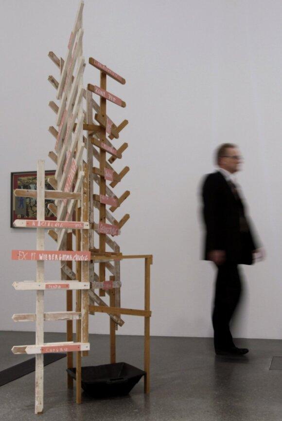 """Martino Kippenbergerio instaliacija Dortmundo muziejuje """"Kai pradės lašėti nuo lubų"""""""