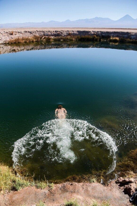 Vidury dykumos du vienas šalia kito atsivėrę natūralūs baseinėliai vadinami Atakamos akimis. Sūraus vandens temperatūra po nakties čia – 18 °C