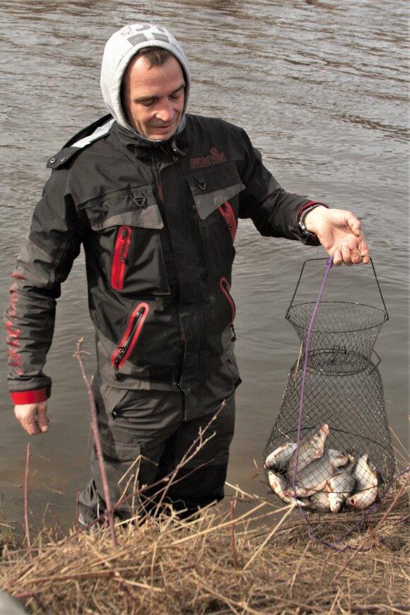 Žvejys su pagautais žiobriais. 2019 kovo mėn.