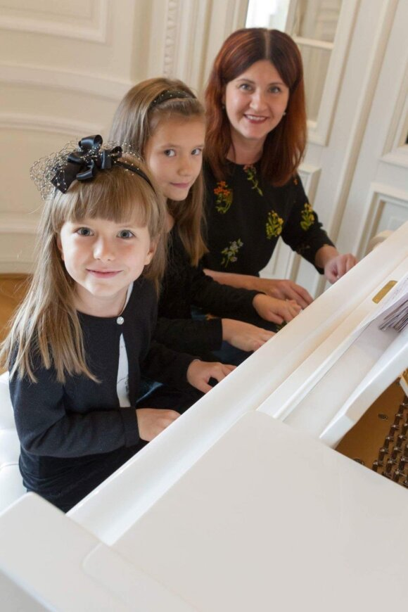Rūta Mikelaitytė-Kašubienė su dukromis