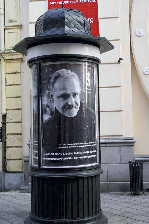 Šiuo plakatu kviečiama susitikti su Batumio kitokio kino (arthouse) festivalio svečiais – kino korifėjais