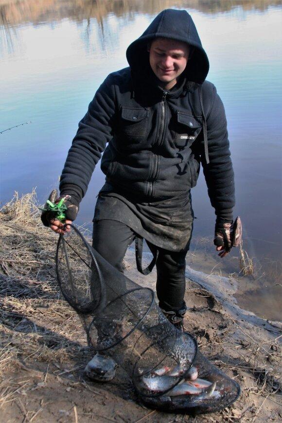 Žvejys prie Nevėžio su laimikiu