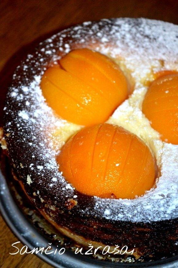 Varškės ir persikų pyragas