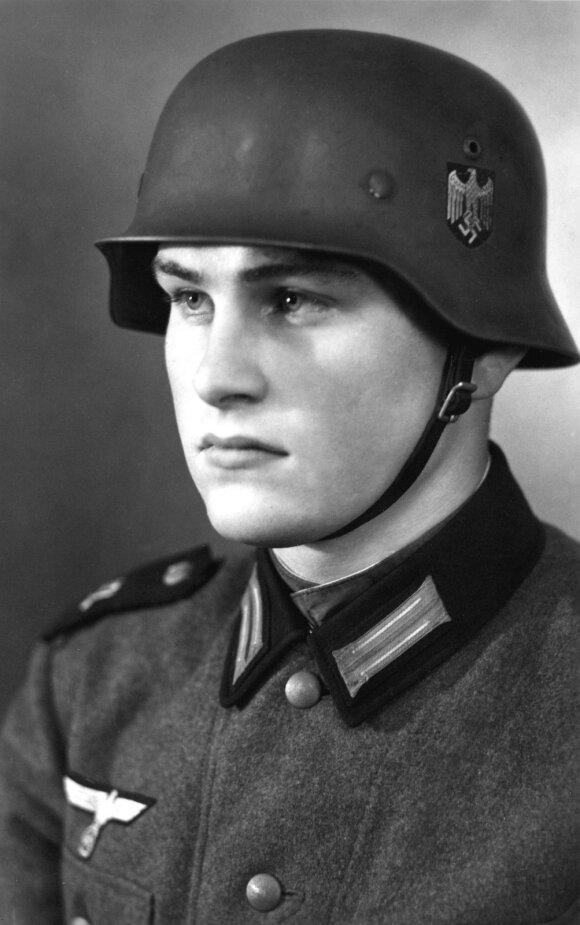 Wilhelmas Lübbeckė (Williamas Lubbeckas). Nuotrauka daryta studijoje per bazinius kariniusmokymus Liuneburge 1939 m., netrukus po to, kai buvo pašauktas į Vokietijos kariuomenę.