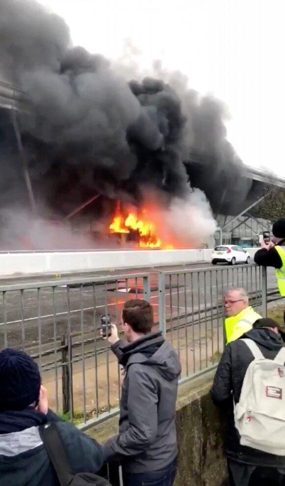 Stanstedo oro uoste dėl gaisro buvo atšaukti lėktuvų skrydžiai