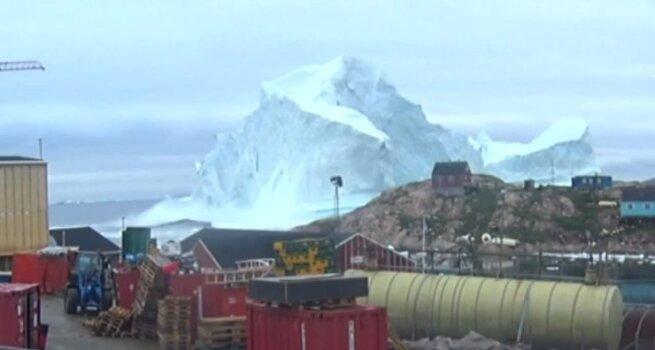 Milžiniškas ledkalnis kelia grėsmes nedidelio Grenlandijos kaimo gyventojams