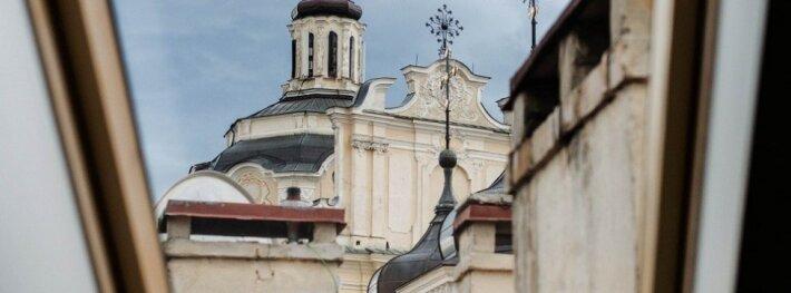 Įkvepiantys interjero dizainerių dueto sprendimai 60 kv.m palėpėje Vilniuje