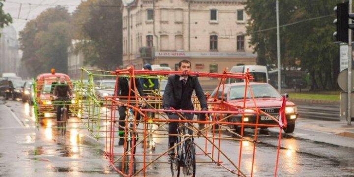 Latviai nusprendė pademonstruoti, kiek vietos gatvėje užimtų automobilis