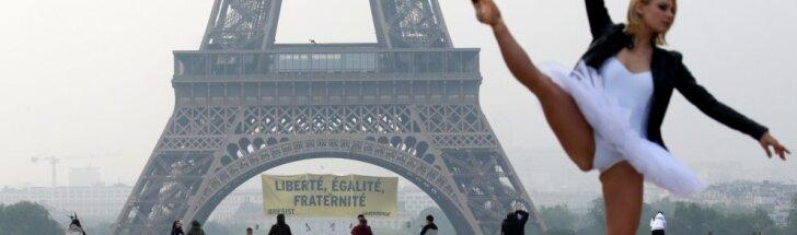 """""""Greenpeace"""" aktyvistai užsipuolė M. Le Pen: ant Eifelio bokšto pakabino plakatą"""