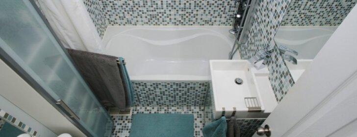 Mažas vonios kambarys: novatoriškos daiktų laikymo idėjos