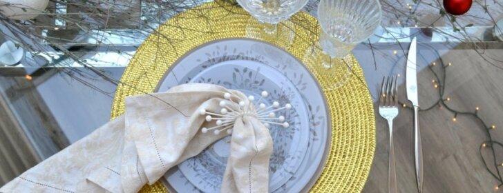 Interjero dekoro specialistės patarimai, kaip nebrangiai papuošti stalą per Kalėdas