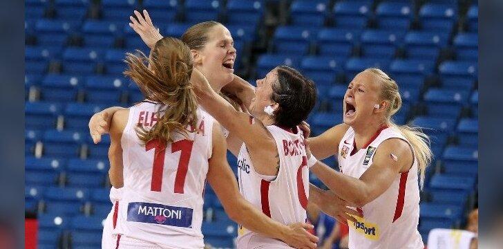 Alena Hanusova su komandos draugėmis džiaugiasi pergalingu metimu