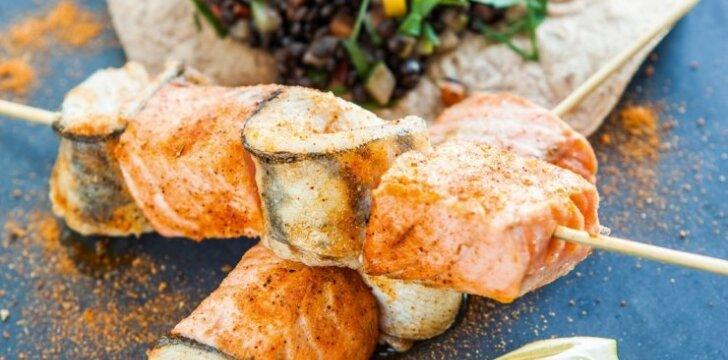 Žuvies piršteliai su aštriomis lęšių salotomis