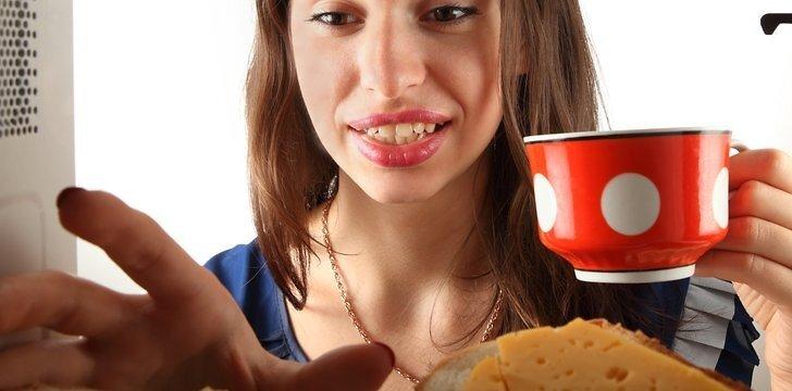 Mikrobangė - ne tik vakarykščiams likučiams šildyti, bet ir maistui ruošti.