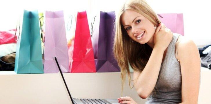 Mergina perka drabužius internete.