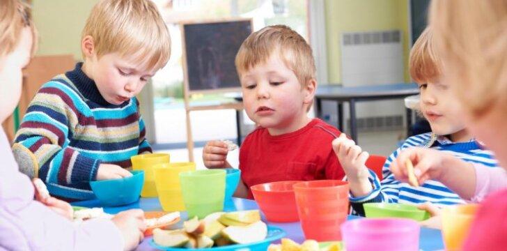 Kodėl darželiuose vaikai valgo saldainius ir sausainius?
