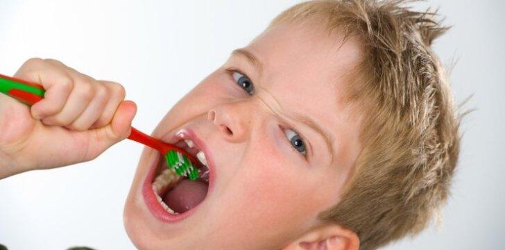 Sužinokite, iki kokio amžiaus reikia padėti vaikams valytis dantis