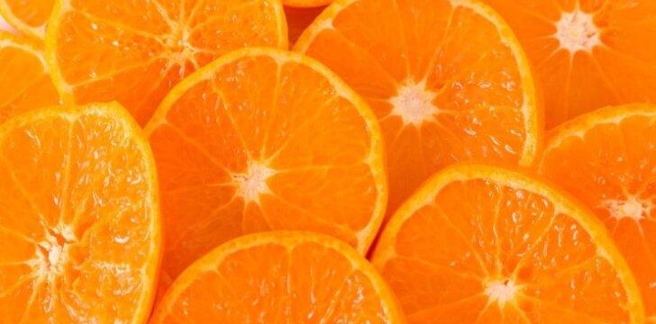 SVEIKA: apelsinų ir džiovintų slyvų salotos