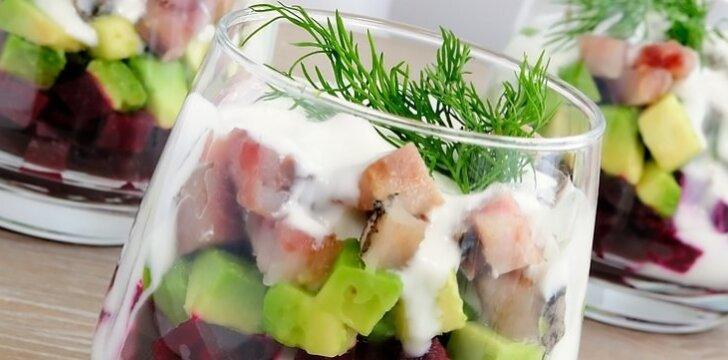 Sluoksniuotos burokėlių salotos su avokadais ir silke.