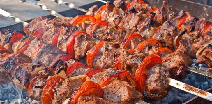Grilio specialistas: kepant negalima mėsos šlakstyti alumi ar kitais skysčiais