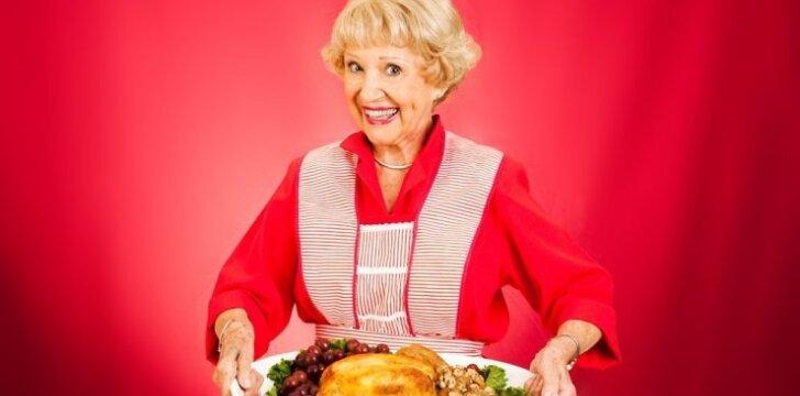anyta, uošvė, močiutė, kulinarė, maistas, višta, moteris, pagyvenusi