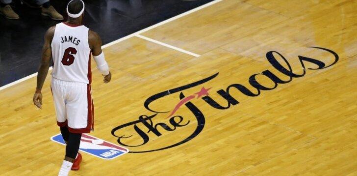 """""""Heat"""" netenka šimtų tūkstančių gerbėjų, deginami L. Jameso marškinėliai"""