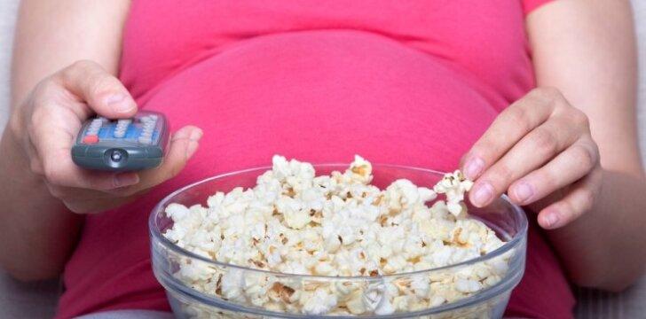 Kas gali nutikti, kai nėščioji valgo ir žiūri TV