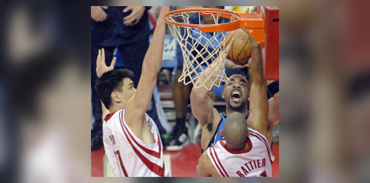 "Carlos Boozer (""Jazz"") meta per Yao Ming ir Shane Bettier (""Rockets"") rankas"