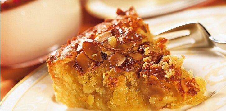 Burnoje tirpstantis migdolų pyragas
