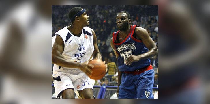 "Andre Hutson (""Efes Pilsen"", kairėje) puola prieš Al Jefferson (""Timberwolves"")"
