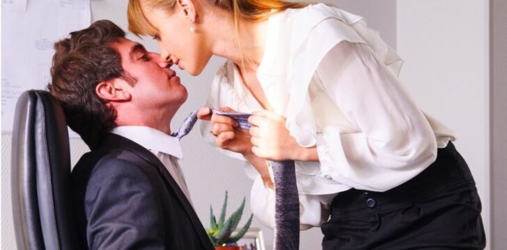 "ISTORIJA. Į sekso klubą - <span style=""color: #ff00ff;"">su vedusiu kolega</span>"