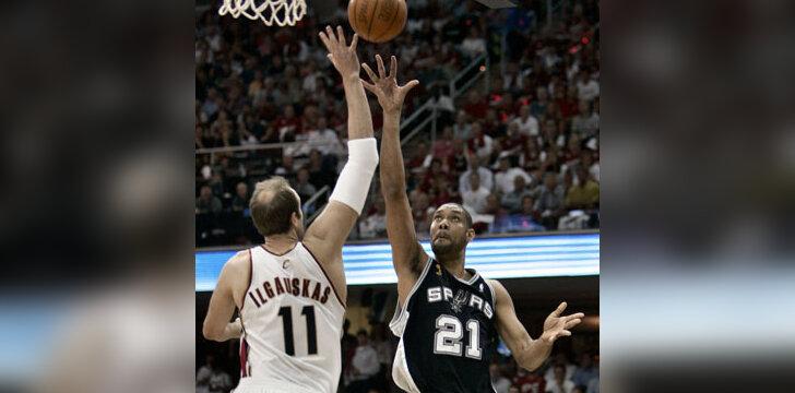 """Žydrūnas Ilgauskas (""""Cavaliers"""") ir Timas Duncanas (""""Spurs"""")"""